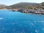 V dáli přístav Panormitis