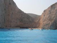 Pád skály na proslulé pláži na ostrově Zakynthos zranil českou rodinu